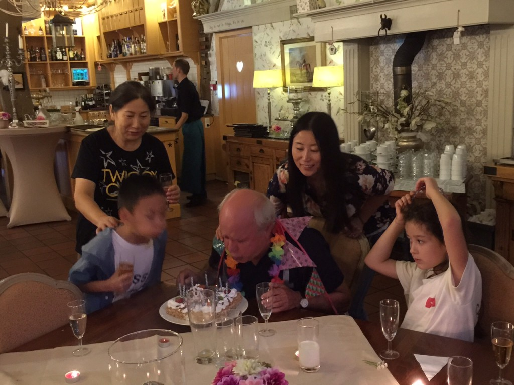 Jin Wen helps Opa blowing the candles
